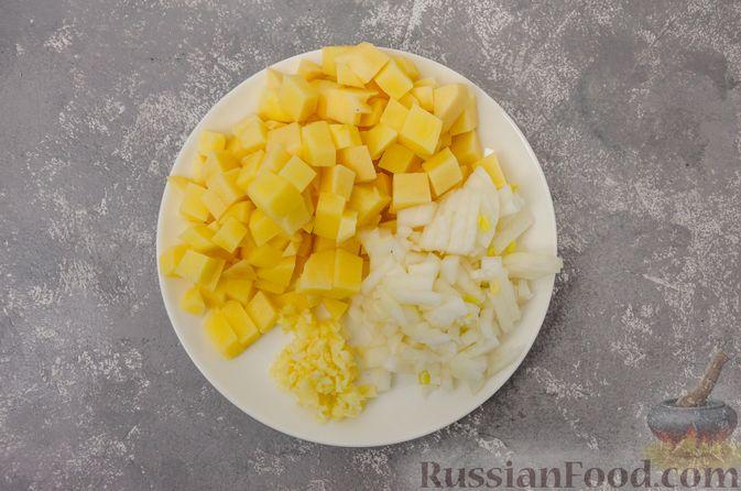 Фото приготовления рецепта: Сливочный суп с мясным фаршем и консервированной кукурузой - шаг №2