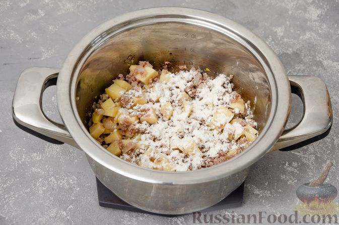 Фото приготовления рецепта: Сливочный суп с мясным фаршем и консервированной кукурузой - шаг №6