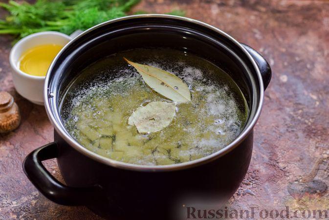 Фото приготовления рецепта: Суп из консервированной горбуши с плавленым сыром - шаг №3