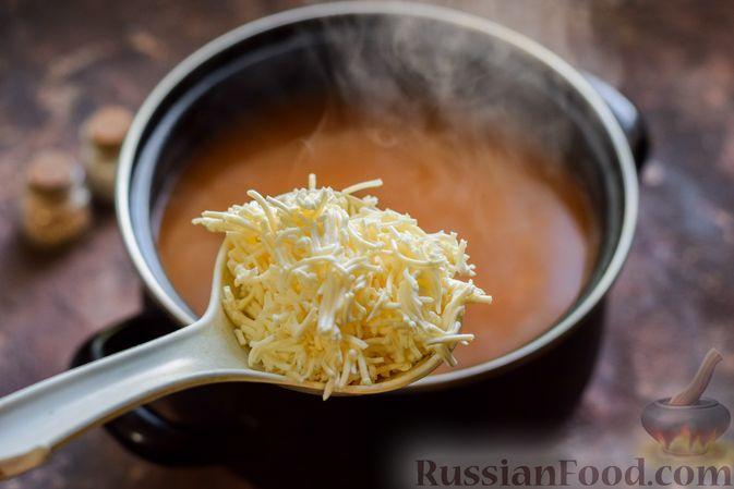 Фото приготовления рецепта: Суп из консервированной горбуши с плавленым сыром - шаг №9
