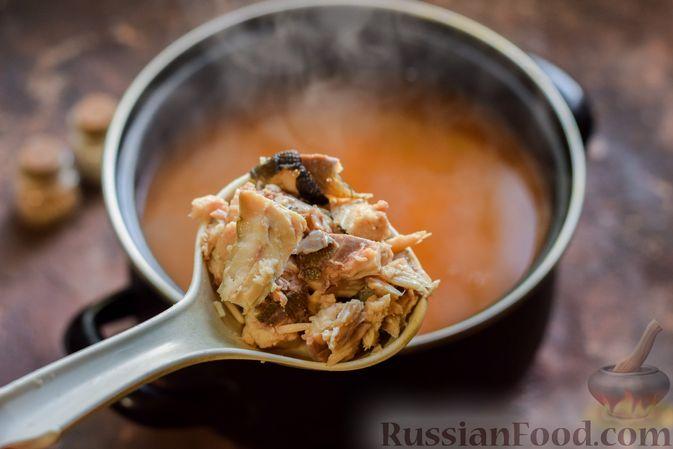 Фото приготовления рецепта: Суп из консервированной горбуши с плавленым сыром - шаг №10