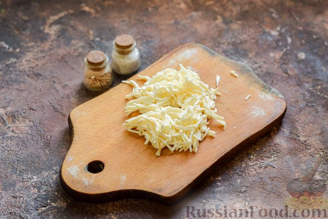 Фото приготовления рецепта: Омлет на кефире с плавленым сыром - шаг №2