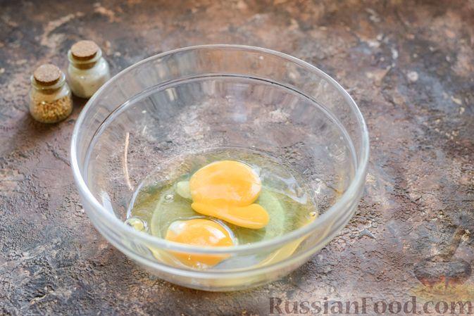 Фото приготовления рецепта: Омлет на кефире с плавленым сыром - шаг №3