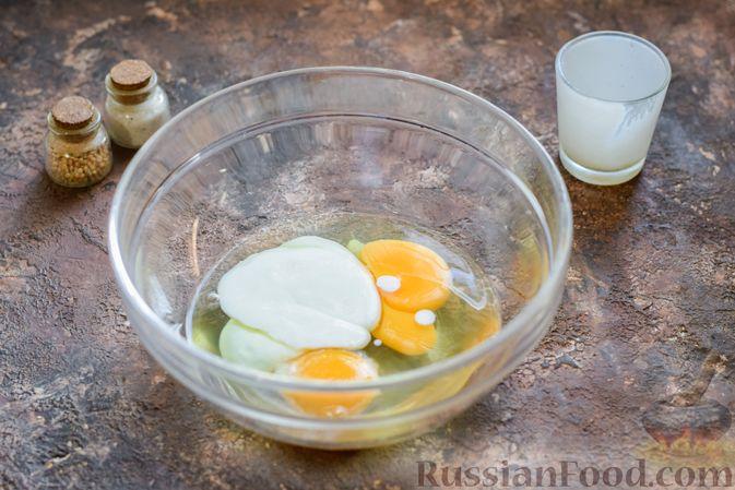 Фото приготовления рецепта: Омлет на кефире с плавленым сыром - шаг №4