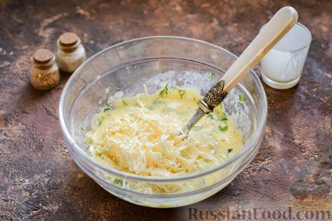 Фото приготовления рецепта: Омлет на кефире с плавленым сыром - шаг №7