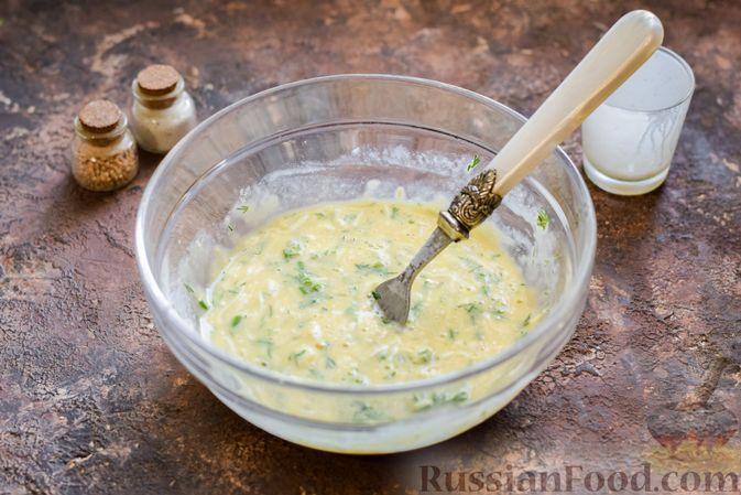 Фото приготовления рецепта: Омлет на кефире с плавленым сыром - шаг №8
