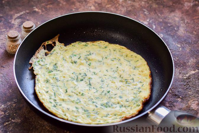 Фото приготовления рецепта: Омлет на кефире с плавленым сыром - шаг №9