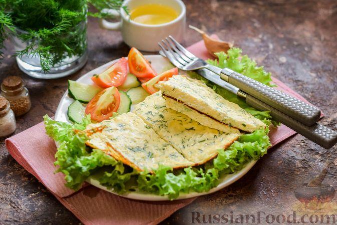 Фото приготовления рецепта: Омлет на кефире с плавленым сыром - шаг №10