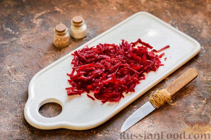 Фото приготовления рецепта: Капуста, тушенная со свёклой и фасолью - шаг №3