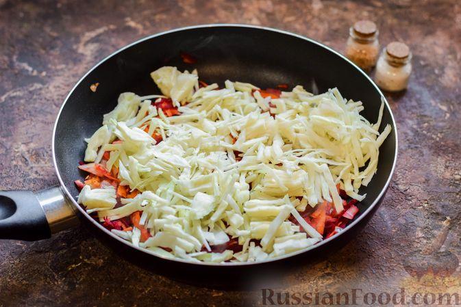 Фото приготовления рецепта: Капуста, тушенная со свёклой и фасолью - шаг №6