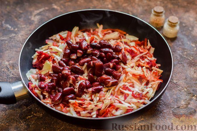 Фото приготовления рецепта: Капуста, тушенная со свёклой и фасолью - шаг №8
