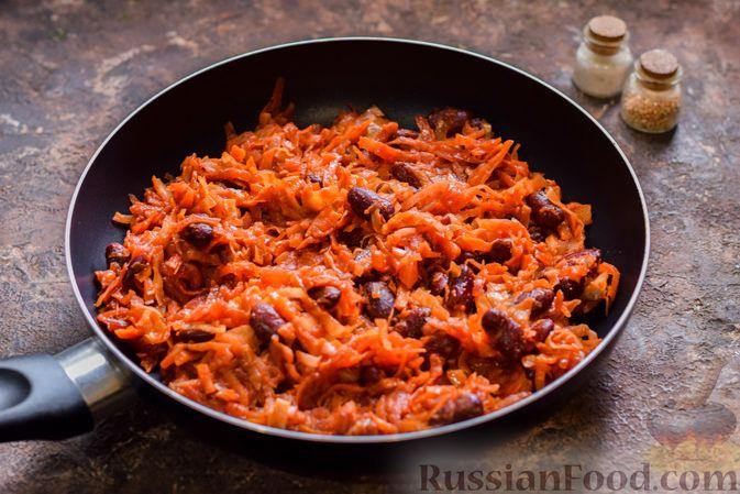 Фото приготовления рецепта: Капуста, тушенная со свёклой и фасолью - шаг №10