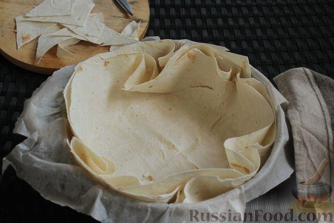 Фото приготовления рецепта: Пирог из лаваша, с яблоками и яично-сметанной заливкой - шаг №6