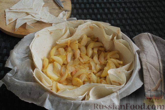 Фото приготовления рецепта: Пирог из лаваша, с яблоками и яично-сметанной заливкой - шаг №7