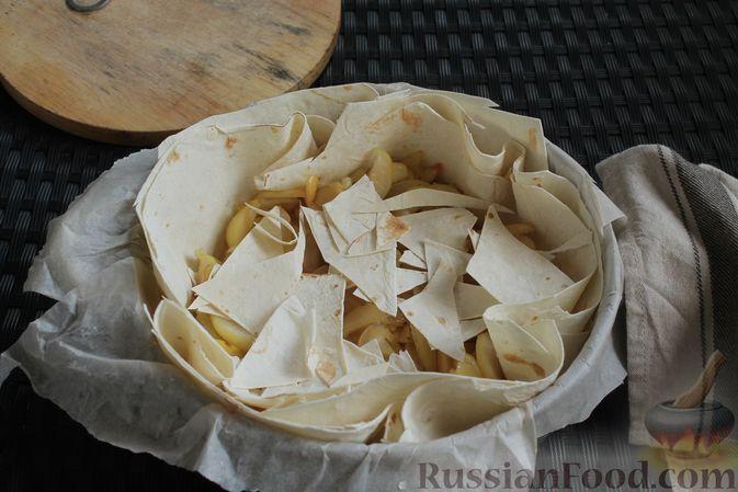Фото приготовления рецепта: Пирог из лаваша, с яблоками и яично-сметанной заливкой - шаг №8