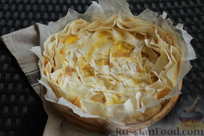 Фото приготовления рецепта: Пирог из лаваша, с яблоками и яично-сметанной заливкой - шаг №11