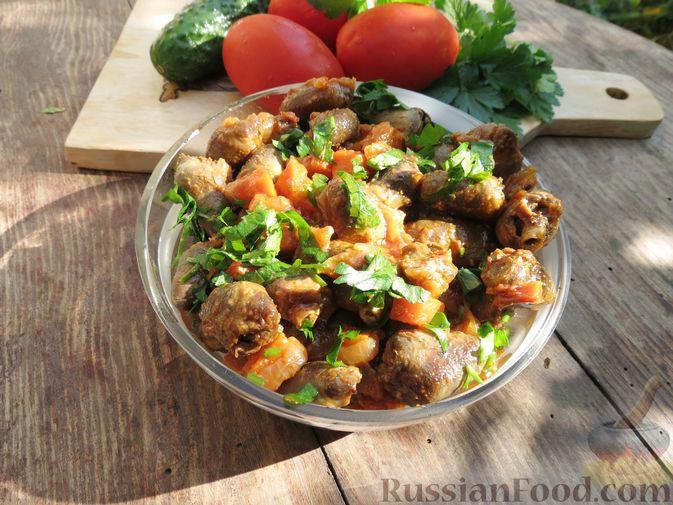 Фото к рецепту: Куриные сердечки, тушенные с овощами в томатном соусе