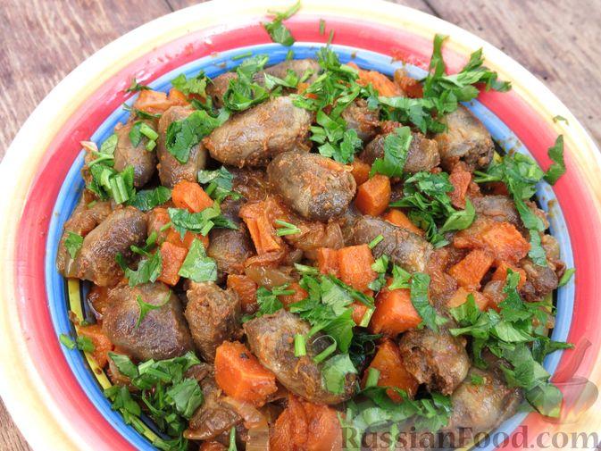 Фото приготовления рецепта: Куриные сердечки, тушенные с овощами в томатном соусе - шаг №9
