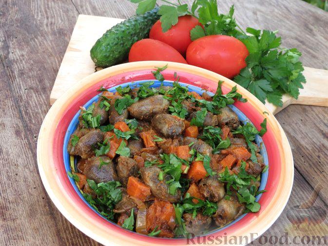 Фото приготовления рецепта: Куриные сердечки, тушенные с овощами в томатном соусе - шаг №10