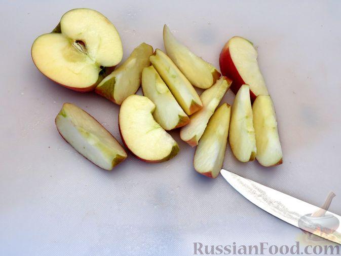 Фото приготовления рецепта: Картофель, запечённый с курицей и яблоками (в рукаве) - шаг №3