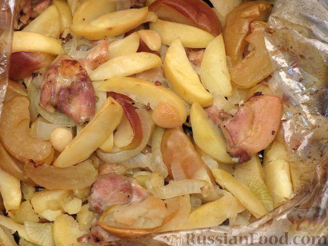 Фото приготовления рецепта: Картофель, запечённый с курицей и яблоками (в рукаве) - шаг №8