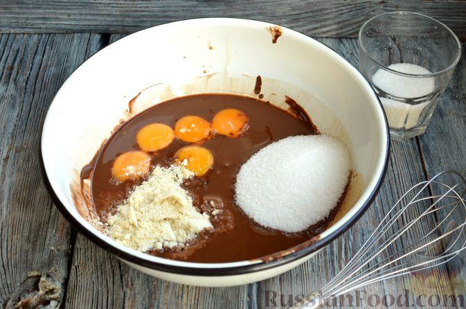 Фото приготовления рецепта: Опавший шоколадный пирог с миндальной мукой, на оливковом масле - шаг №8