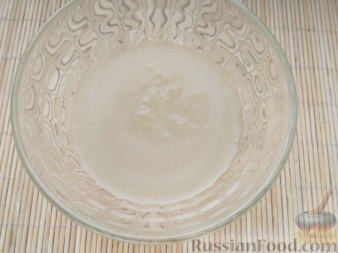 Фото приготовления рецепта: Творожно-сметанный десерт с печеньем - шаг №2