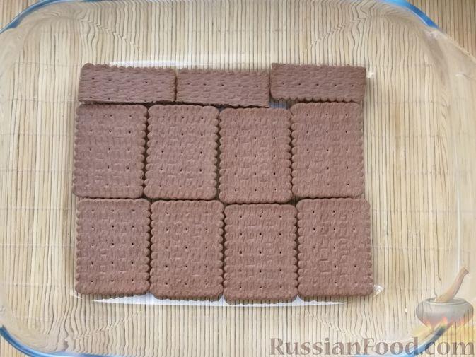 Фото приготовления рецепта: Творожно-сметанный десерт с печеньем - шаг №5
