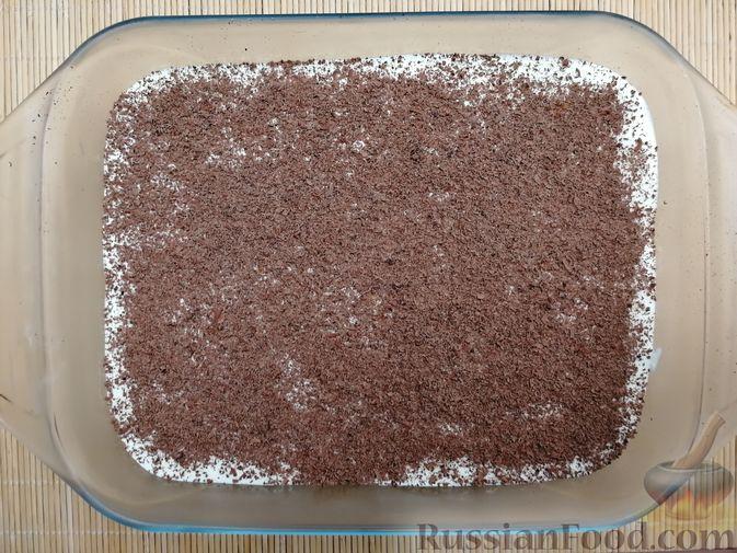 Фото приготовления рецепта: Творожно-сметанный десерт с печеньем - шаг №7
