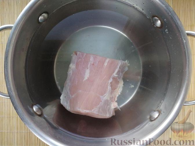 Фото приготовления рецепта: Слоёный салат с говядиной, картофелем, свёклой и орехами - шаг №1