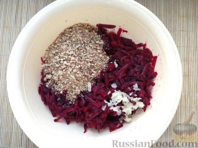 Фото приготовления рецепта: Слоёный салат с говядиной, картофелем, свёклой и орехами - шаг №8
