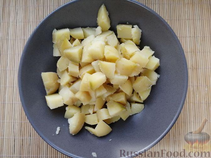 Фото приготовления рецепта: Слоёный салат с говядиной, картофелем, свёклой и орехами - шаг №9