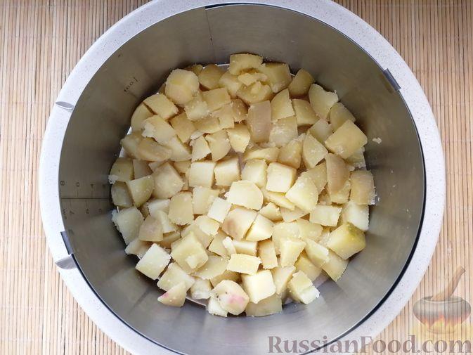 Фото приготовления рецепта: Слоёный салат с говядиной, картофелем, свёклой и орехами - шаг №10