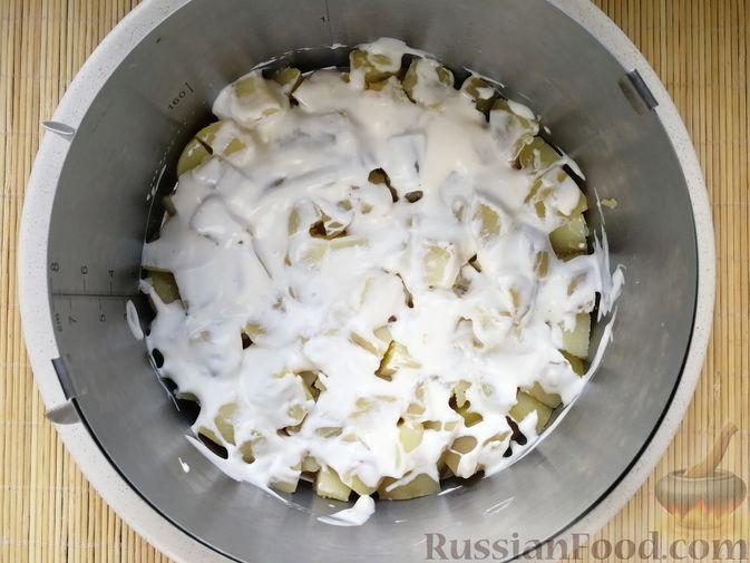 Фото приготовления рецепта: Слоёный салат с говядиной, картофелем, свёклой и орехами - шаг №11
