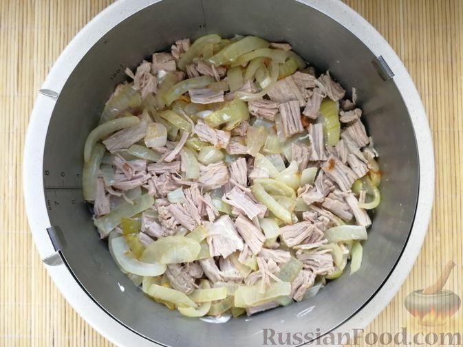 Фото приготовления рецепта: Слоёный салат с говядиной, картофелем, свёклой и орехами - шаг №12