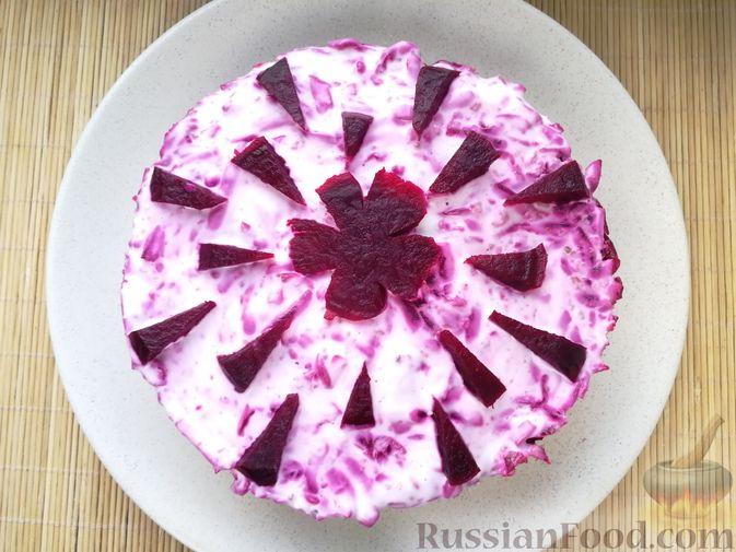 Фото приготовления рецепта: Слоёный салат с говядиной, картофелем, свёклой и орехами - шаг №14