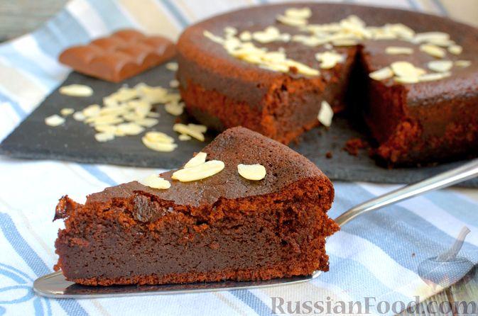 Фото к рецепту: Опавший шоколадный пирог с миндальной мукой, на оливковом масле