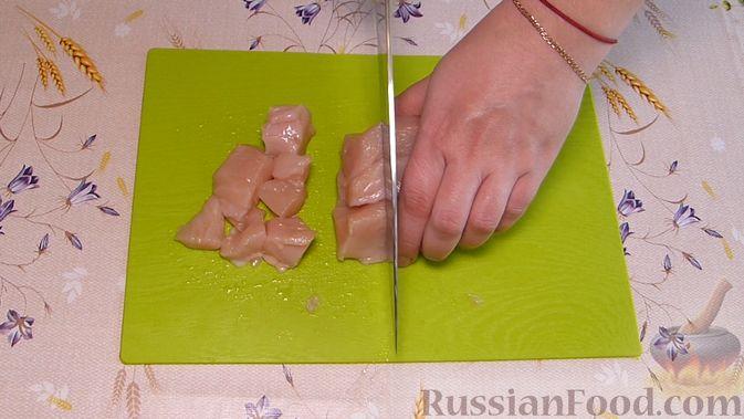 Фото приготовления рецепта: Курник с куриным филе и картошкой - шаг №3