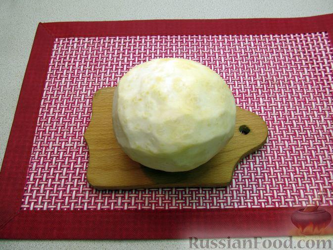 Фото приготовления рецепта: Чипсы из сельдерея - шаг №2