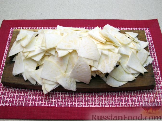 Фото приготовления рецепта: Чипсы из сельдерея - шаг №4