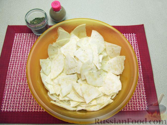 Фото приготовления рецепта: Чипсы из сельдерея - шаг №6
