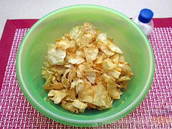 Фото приготовления рецепта: Чипсы из сельдерея - шаг №9