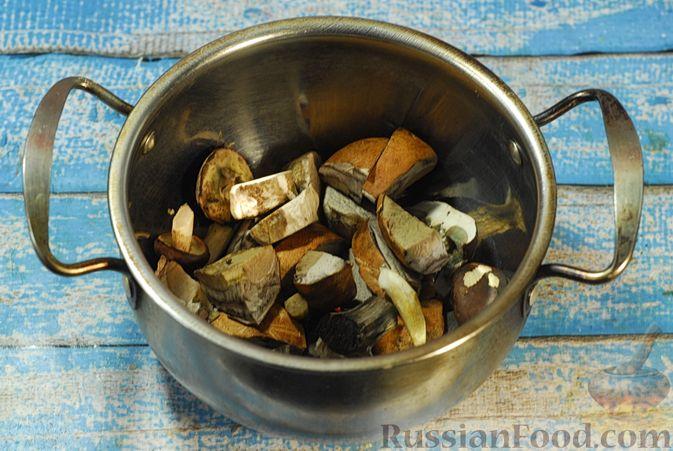Фото приготовления рецепта: Говядина, тушенная с лесными грибами, маринованными огурцами, коньяком и йогуртом - шаг №2