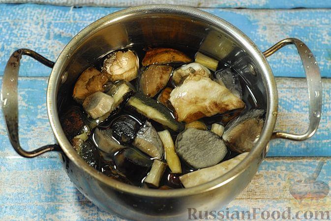 Фото приготовления рецепта: Говядина, тушенная с лесными грибами, маринованными огурцами, коньяком и йогуртом - шаг №3