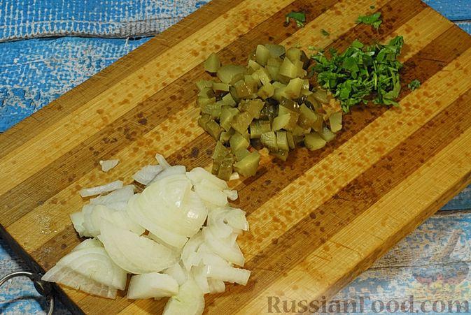 Фото приготовления рецепта: Говядина, тушенная с лесными грибами, маринованными огурцами, коньяком и йогуртом - шаг №5