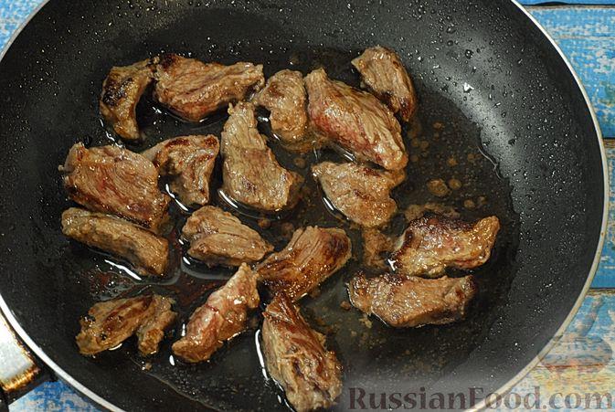 Фото приготовления рецепта: Говядина, тушенная с лесными грибами, маринованными огурцами, коньяком и йогуртом - шаг №6