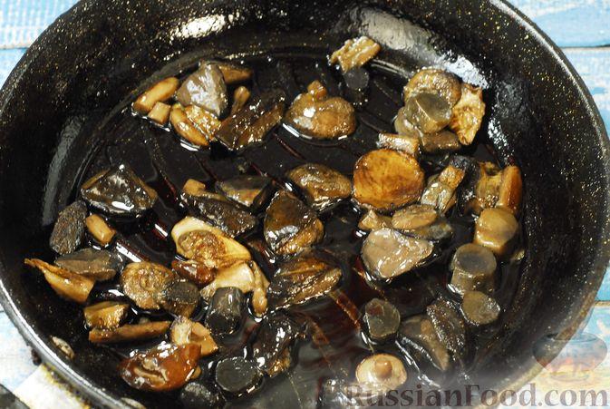 Фото приготовления рецепта: Говядина, тушенная с лесными грибами, маринованными огурцами, коньяком и йогуртом - шаг №9