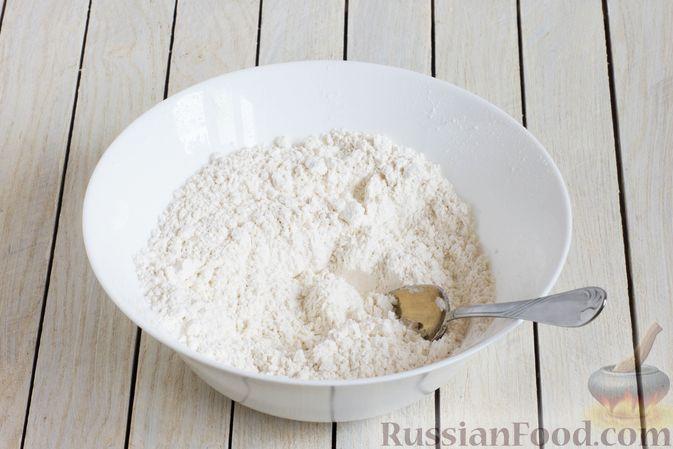 Фото приготовления рецепта: Тонкие блины на газировке (без молока и яиц) - шаг №2