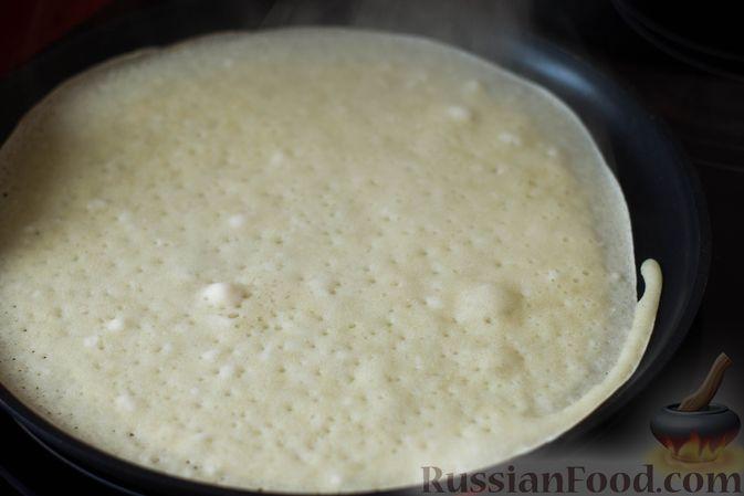 Фото приготовления рецепта: Тонкие блины на газировке (без молока и яиц) - шаг №6