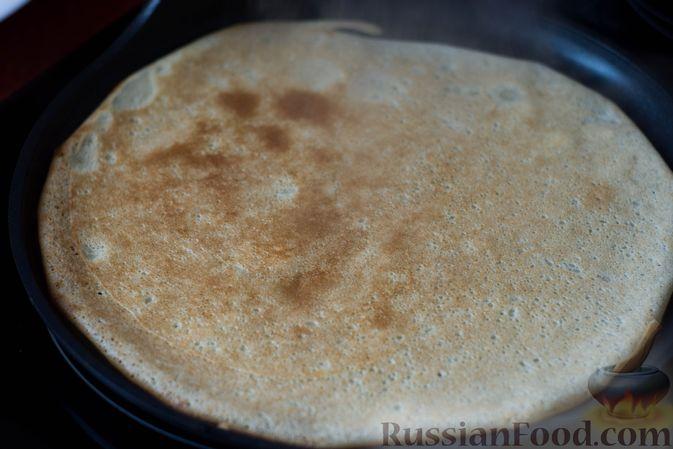 Фото приготовления рецепта: Тонкие блины на газировке (без молока и яиц) - шаг №7